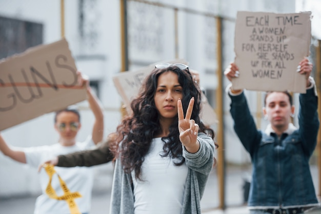 내가 틀렸다는 것을 증명 해봐. 페미니스트 여성 그룹이 야외에서 자신의 권리를 위해 항의 무료 사진
