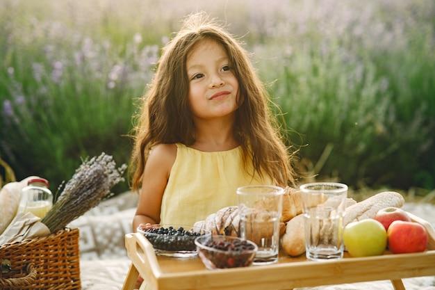 Provenza bambino rilassante nel campo di lavanda. bambina in un picnic. Foto Gratuite