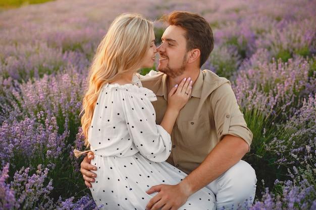 Пара прованса расслабляющий в поле лаванды. дама в белом платье. Бесплатные Фотографии