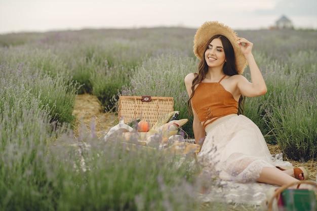 ラベンダー畑でリラックスしたプロヴァンスの女性。ピクニックの女性。 無料写真