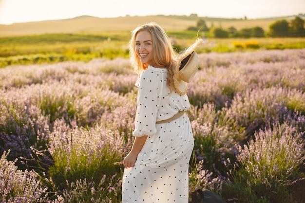 Provenza donna rilassante nel campo di lavanda. signora in abito bianco. ragazza con un cappello di paglia. Foto Gratuite