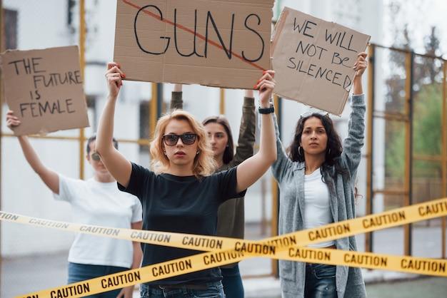 Доказывая свои права. группа женщин-феминисток протестует на улице Premium Фотографии