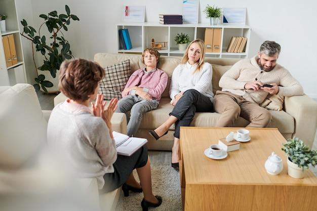 セッションで家族に状況を説明する心理学者 Premium写真