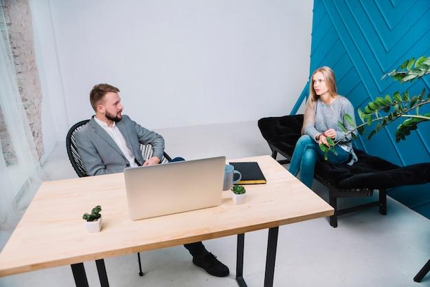 オフィスで彼女のメスの患者とのセッションを持つ心理学者 無料写真