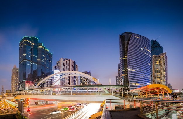 Public skywalk with building architecture style modern of business area in bangkok. Premium Photo