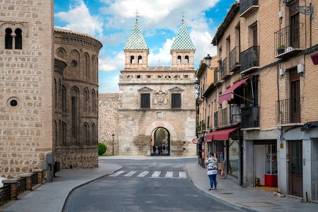 Puerta de bisagra or alfonso vi gate in city of toledo, spain. Premium Photo