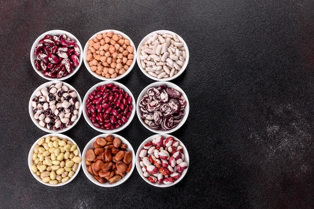 白い磁器の皿の健康食品の選択をパルスします。 Premium写真