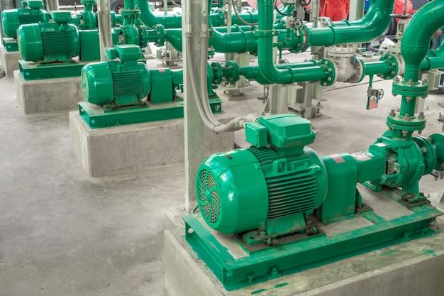 Насосные и стальные трубопроводы для технической воды в промышленной зоне Premium Фотографии