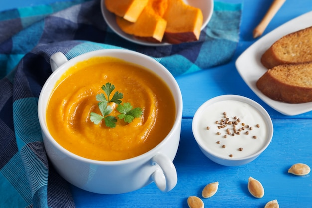 Pumpkin cream soup with seeds Premium Photo