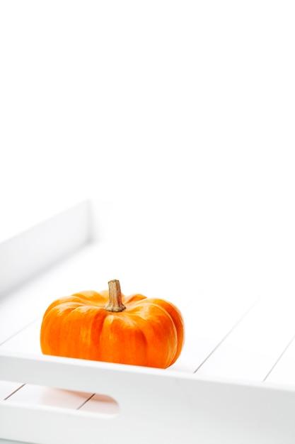 Тыква на деревянном подносе на белом Premium Фотографии