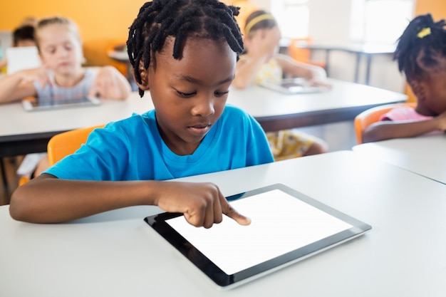 Pupil using a tablet pc in classroom Premium Photo
