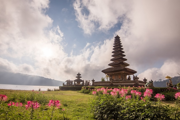 Pura ulun danu bratan morning sunrise Premium Photo