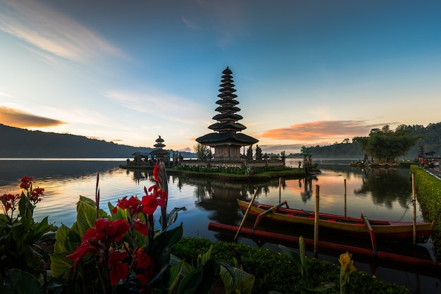 Pura ulun danu bratan temple in bali island Premium Photo