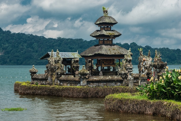 Храм пура улун дану братан. озеро братан, бали, индонезия. Premium Фотографии