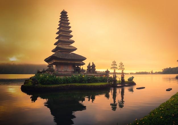 Pura ulun danu bratan、インドネシア・バリ島の日の出でブラタン湖の風景のヒンズー教の寺院。 Premium写真
