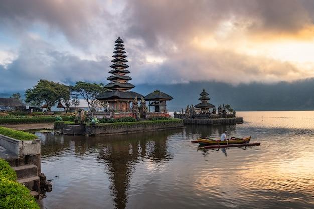 観光パドルと日の出の空を持つ古代pura ulun danu bratan寺院 Premium写真