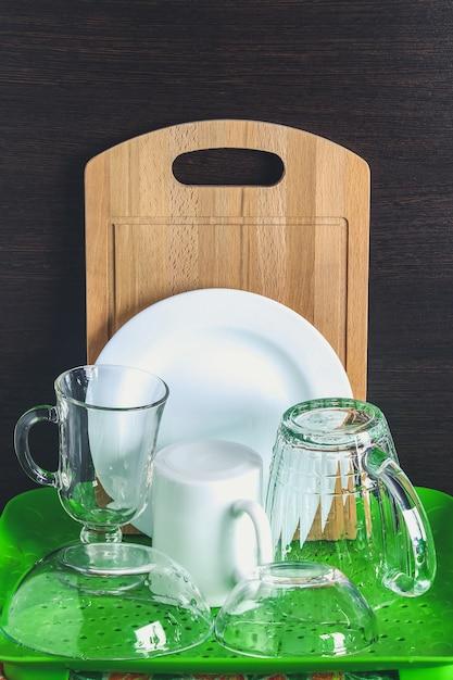 純粋な皿は乾いています。ガラス、マグカップ、ボード、プレート、カトラリー。 Premium写真
