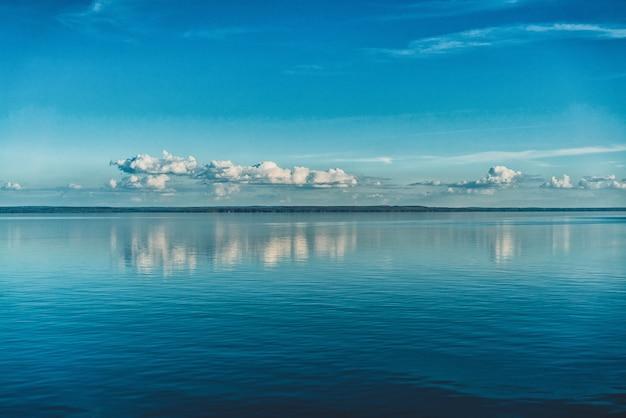 海の水に映った真っ白な空の雲 無料写真