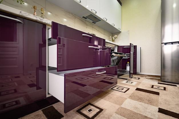 Фиолетовая и белая современная кухонная мебель, вид спереди Premium Фотографии