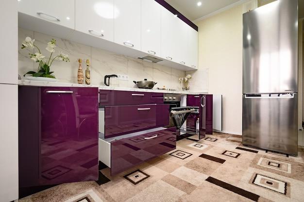 Фиолетовый и белый интерьер современной кухни выполнен в стиле минимализма Premium Фотографии