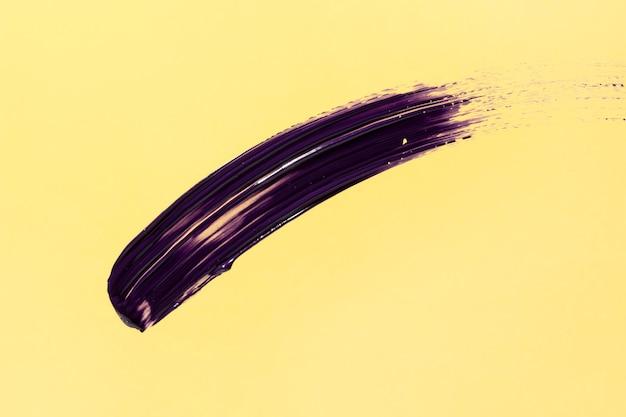 Фиолетовый мазок кисти на желтом фоне Бесплатные Фотографии