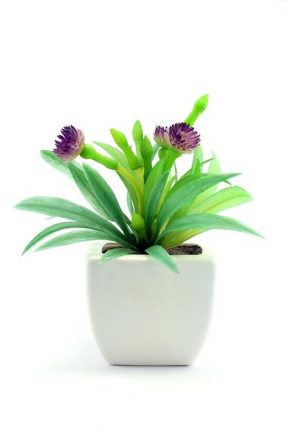 Фиолетовые искусственные цветы в вазе Premium Фотографии