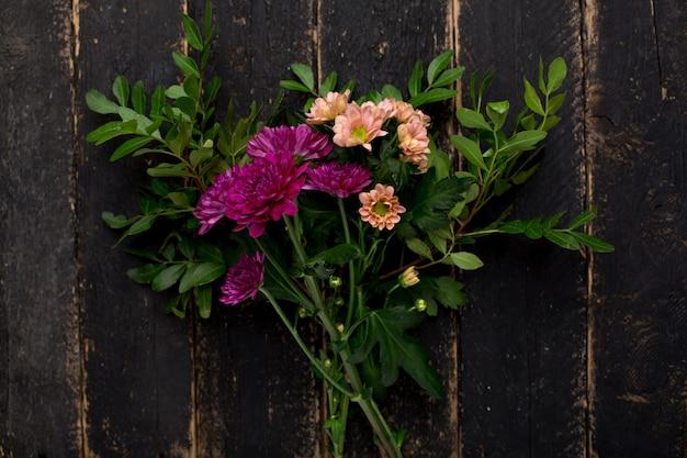 A purple flower bouquet on wood Premium Photo