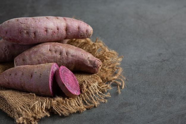 テーブルの上の紫色のジャガイモ茶 無料写真