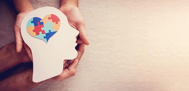 두뇌, 정신 건강, 세계 자폐증 인식의 날에 퍼즐 퍼즐 하트 프리미엄 사진