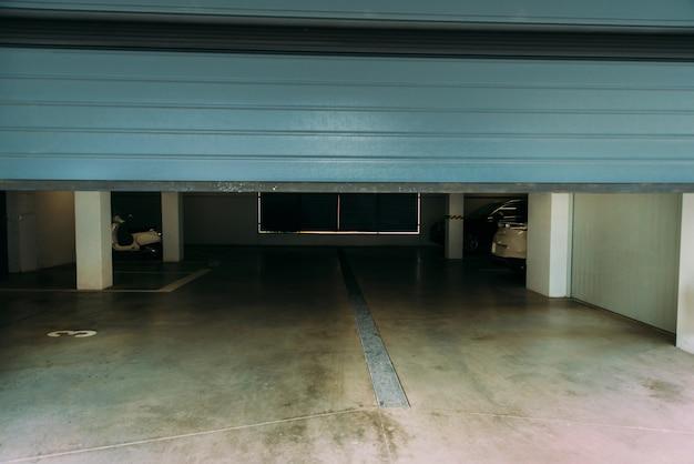 ガレージの自動閉鎖青いpvcドアの写真。 Premium写真