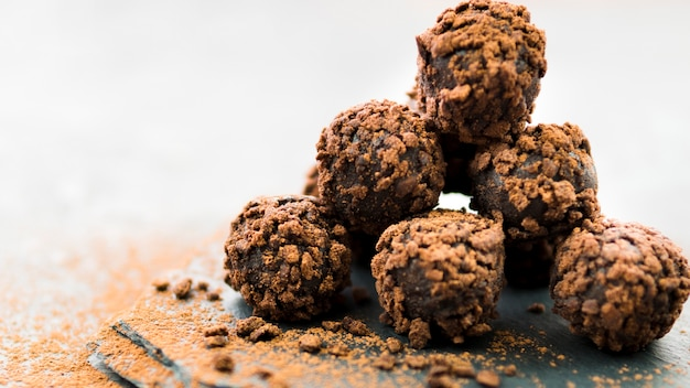Pyramid of chocolate truffles with biscuit crumbs Free Photo