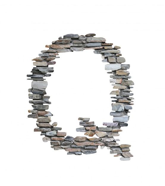 Шрифт q, который нужно создать от каменной стены изолированной на белизне. Premium Фотографии