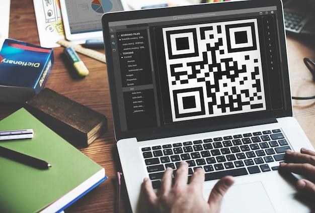 Qrコードを表示するノートパソコンの画面の拡大 無料写真