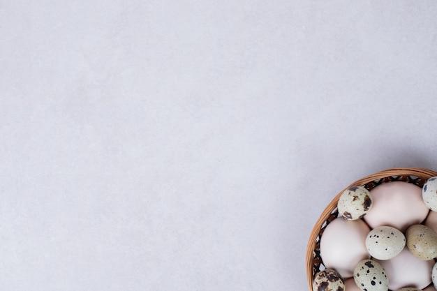 메 추 라 기 계란과 흰색 표면에 그릇에 닭고기 달걀. 무료 사진