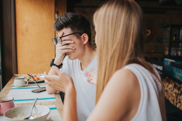 Quarrel between two young people in a coffee house, in a bar or restaurant Premium Photo