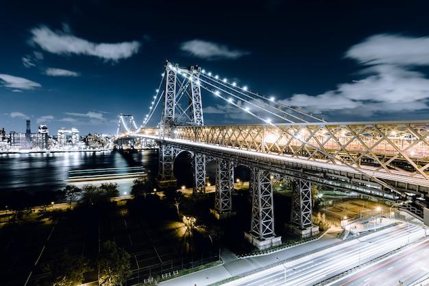 Мост квинсборо, снятый ночью в нью-йорке Бесплатные Фотографии
