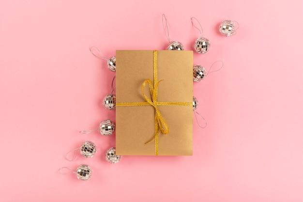 Assortimento di quinceañera con regalo avvolto su sfondo rosa Foto Gratuite