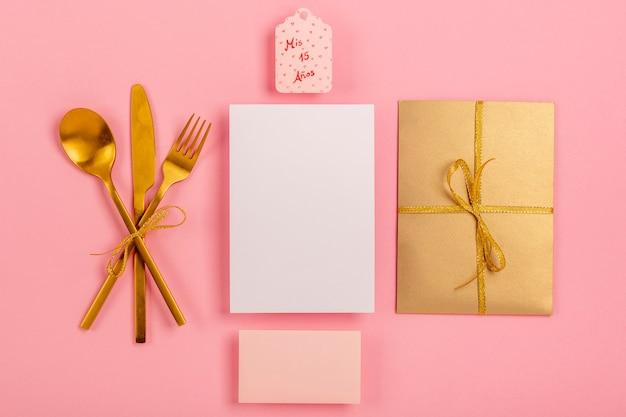 Composizione di quinceañera su sfondo rosa Foto Gratuite