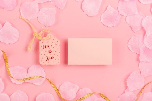 Composizione in quinceañera con carta vuota su sfondo rosa Foto Gratuite