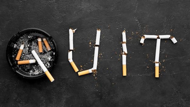 Бросить курить сообщение с пепельницей рядом Premium Фотографии