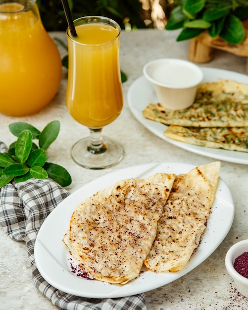 Qutabs served with orange juice Free Photo