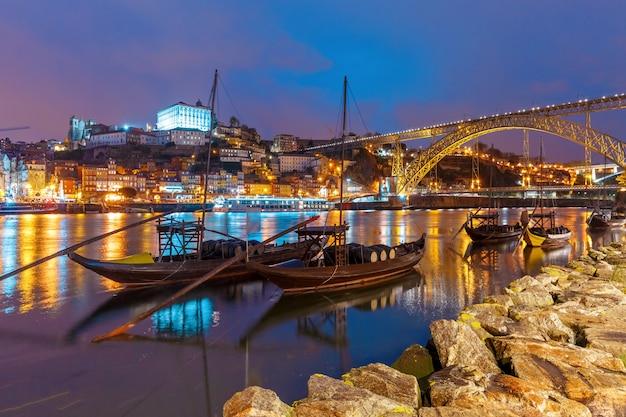 Rabelo лодки на реке дору, порту, португалия. Premium Фотографии
