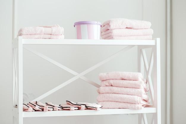 Стеллаж с полотенцами в спа салоне Premium Фотографии