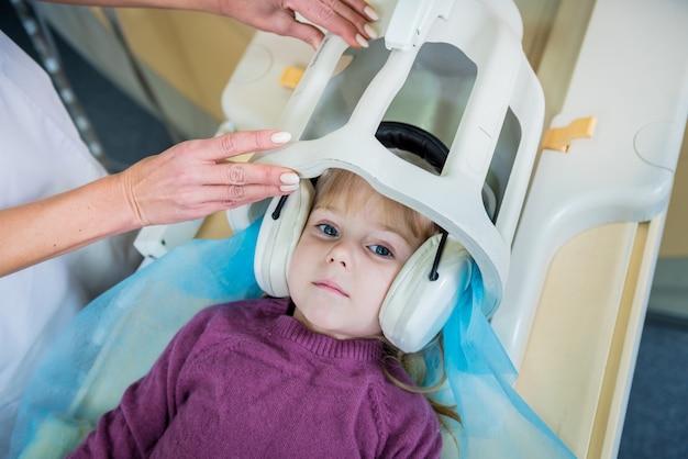 放射線科医は少女をmri脳検査のために準備します Premium写真