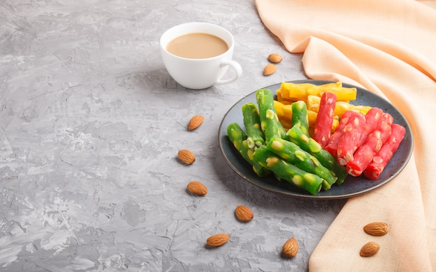 青いセラミックプレートで様々な伝統的なトルコ料理(rahat lokum)のセット Premium写真