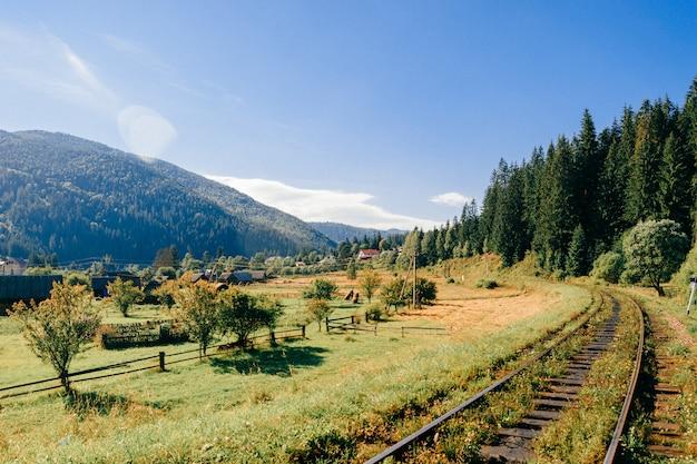 美しい風景の中の鉄道。 Premium写真