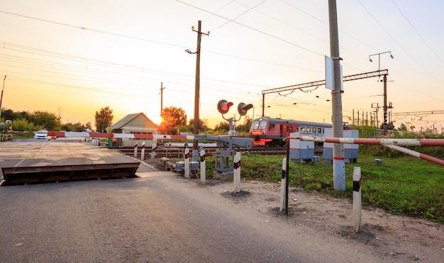 農村景観における踏切の障壁、信号機、スピードハンプの兆候 Premium写真