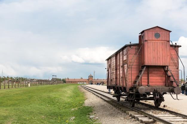 Железнодорожный вагон для заключенных, немецкий концлагерь освенцим ii, польша. Premium Фотографии