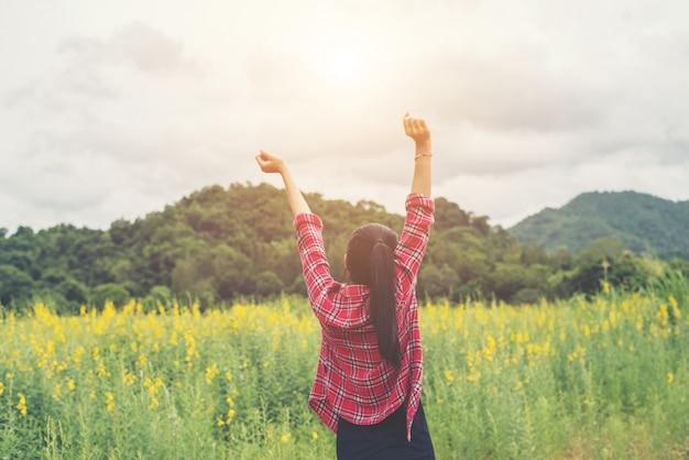 Alzato le donne tramonto del fiore di armonia Foto Gratuite