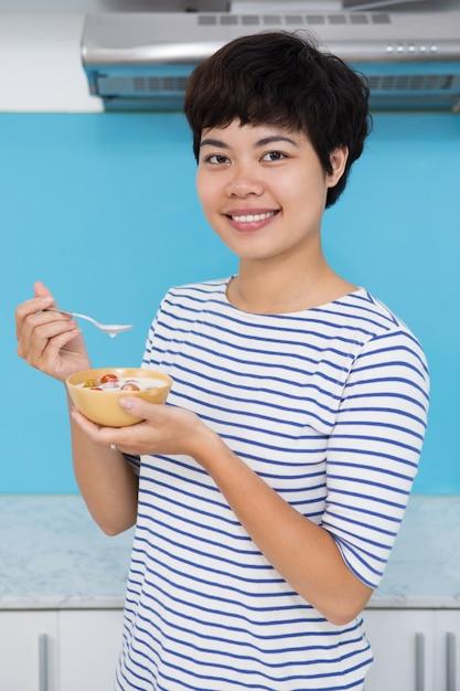 Улыбающиеся молодые азиатские женщины едят помидор raita Бесплатные Фотографии
